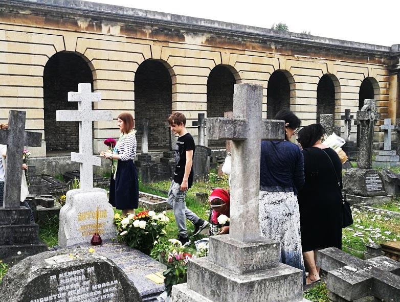 Подходим к могиле митрополита Антония Сурожского - надо приложиться